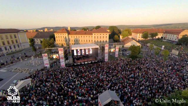 """VIDEO AERIAN."""" Alba Fest"""", evenimentul care a adunat la Alba Iulia peste 30.000 de oameni, filmat de la înălțime. Cum arată Piața Cetății plină ochi"""