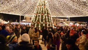 FOTO, VIDEO S-a deschis Parcul Sărbătorilor de Iarnă la Alba Iulia. Piața Cetății, mai strălucitoare ca niciodată.Pavilion cu mii de luminițe, brad și căsuțe ca-n povești