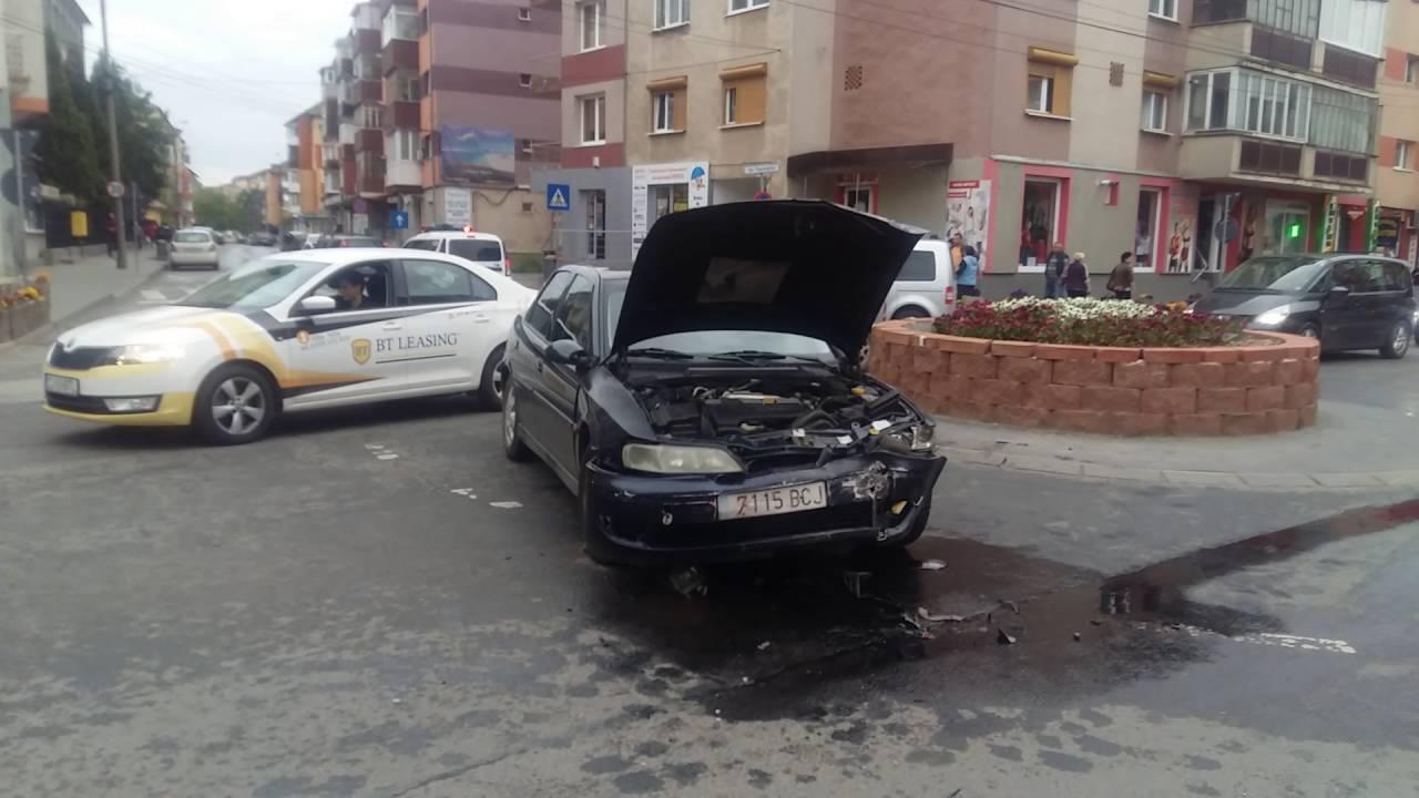 ACCIDENT RUTIER la SEBEȘ: O femeie a fost transportată la spital, după o coliziune între două mașini, din cauza neacordării de prioritate