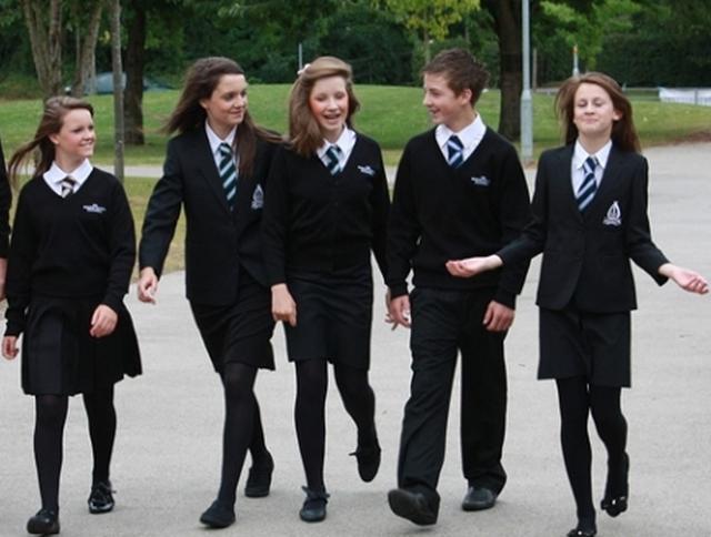 elevi cu uniforma