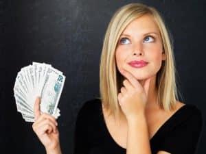 femeie cu bani