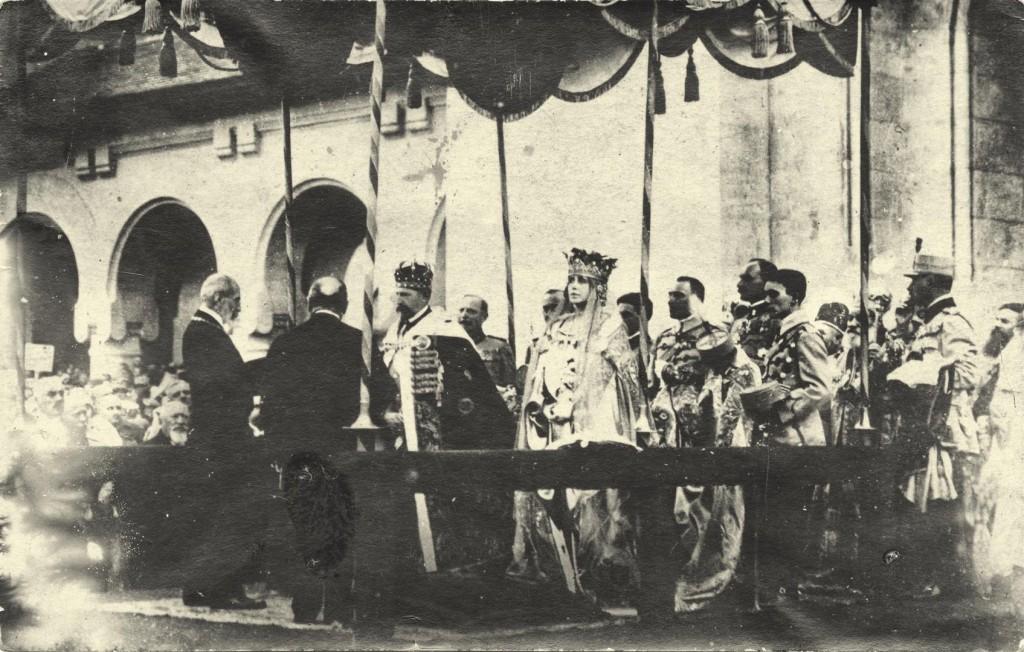 regele-si-regina-incoronati-sub-baldachin-1024x652