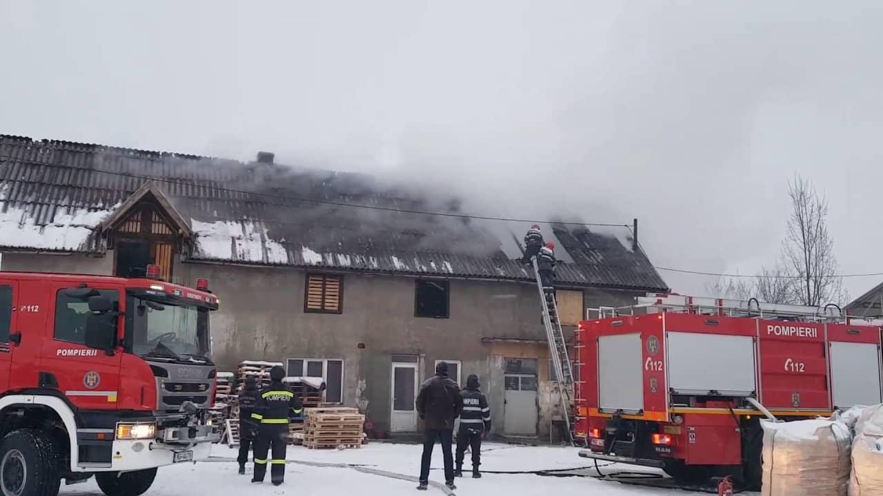 INCENDIU la acoperișul unei case din Gârda de Sus: Intervin pompierii cu 2 autospeciale cu apă și spumă