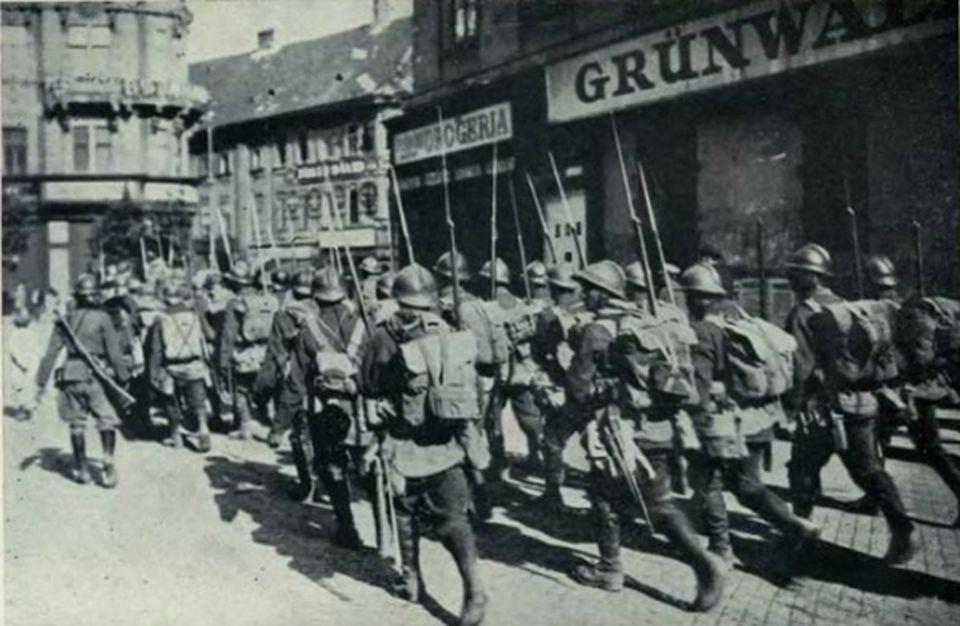 4 august 1919, armata română intră în centrul Budapestei, pentru a înlătura regimul bolşevic a lui Bela Kun Soldaţii români au pus opinca pe Parlamentul din Budapesta