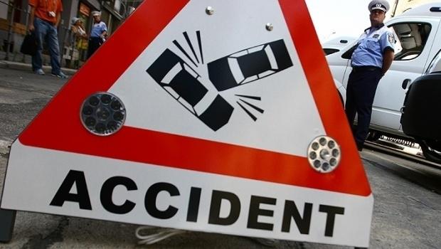 Accident rutier pe DN7, zona Pian. Șoferul unui camion nu a păstrat distanța suficientă față de un autoturism și a intrat în coliziune cu acesta. O minoră transportată la spital