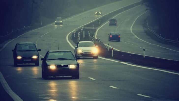 Şoferii, obligaţi să folosească luminile de întâlnire şi pe drumurile naţionale | vipescorte.ro