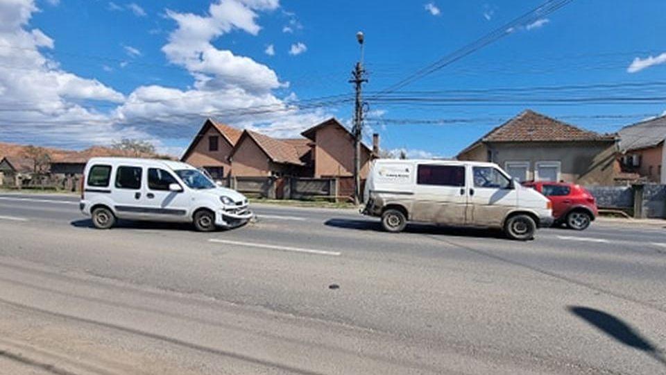 FOTO| Accident rutier în Alba Iulia: Coliziune ușoară între două autoturisme, în cartierul Partoș